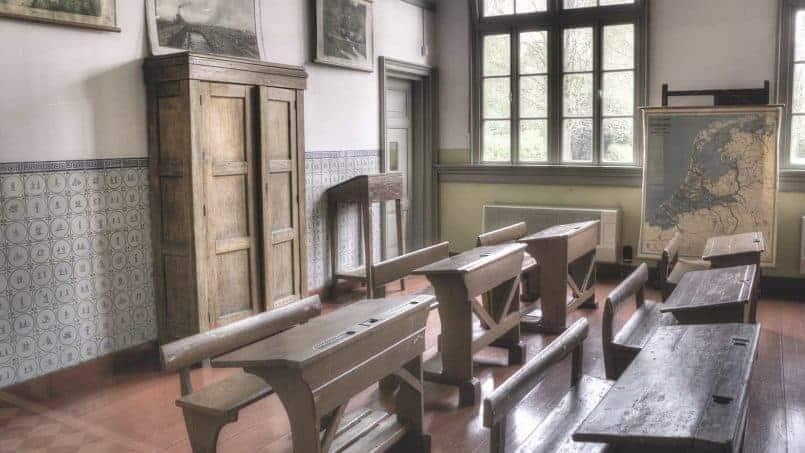 Escuela antigua con pupitres de madera