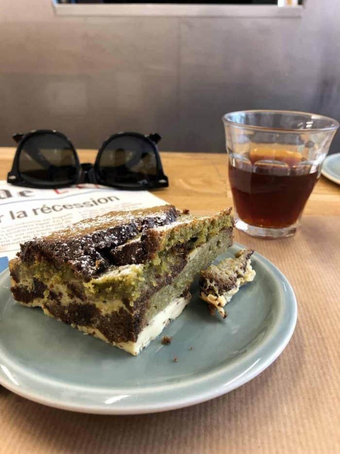 Vasos de cristal transparente Duralex Picardie para Cata de Café a la Brasileña en una mesa con café caliente y un pastel, gafas y periódico.