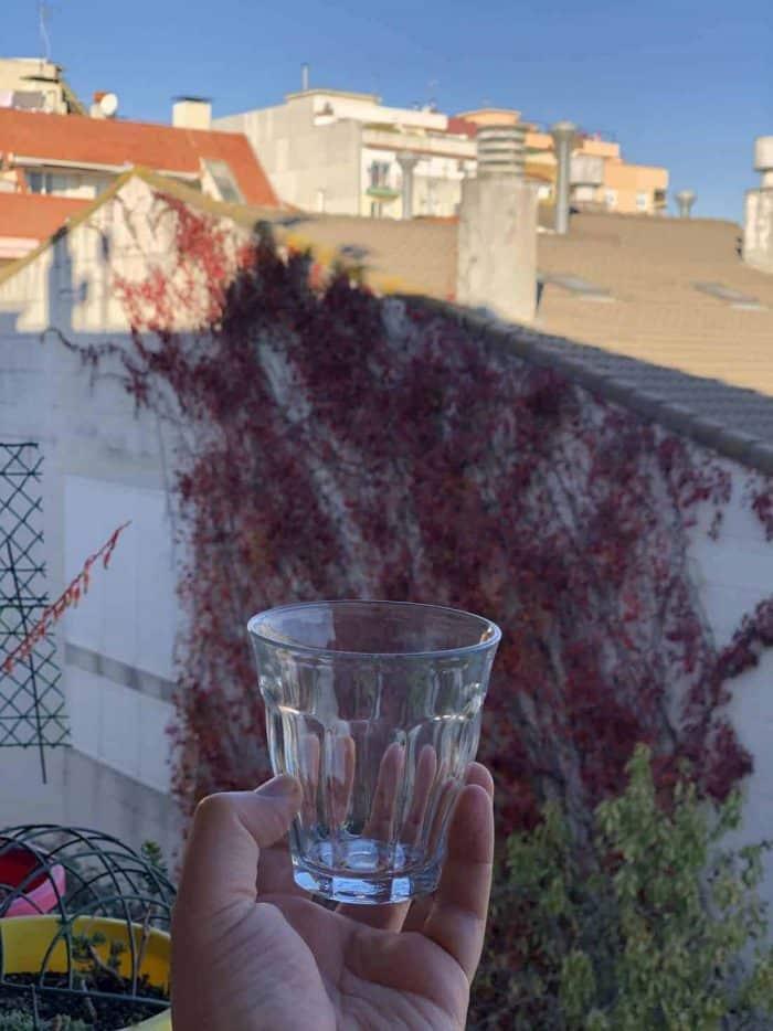 Vasos de cristal transparente Duralex Picardie para Cata de Café a la Brasileña en la mano totalmente vacío y transparente